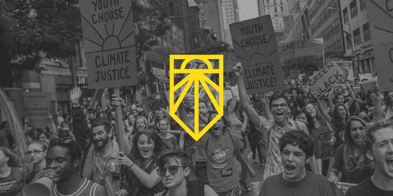 Sunrise Movement banner, in the background a climate change march is depicted, young people are prominently shown. In the foreground, the Sunrise Movement logo is depicted.